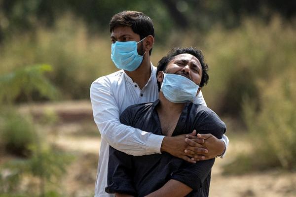 Thương tâm thảm cảnh COVID-19 ở Ấn Độ: Chồng nhìn vợ chết vỉa hè bệnh viện, con ôm thi thể cha lo mẹ già nguy kịch