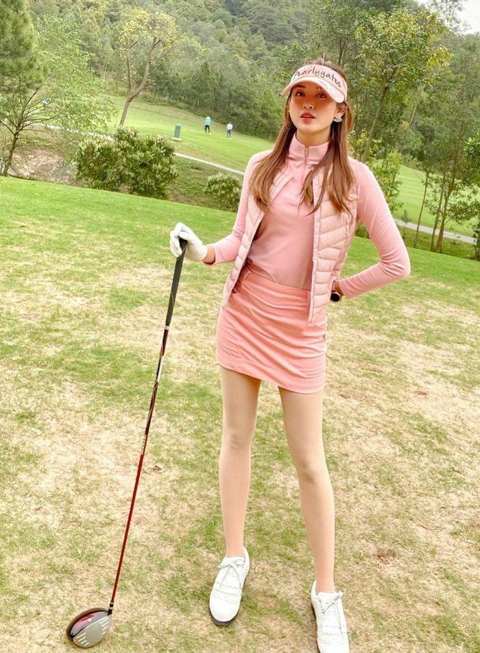"""Á hậu Huyền My khoe """"dáng ngọc"""" ở sân golf"""
