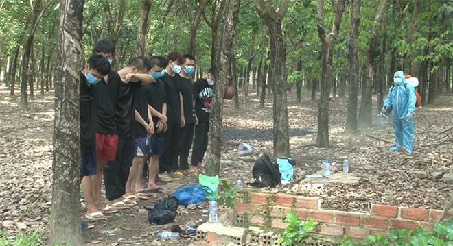 """Bắt 9 người Trung Quốc nhập cảnh """"chui"""" tại lô cao su"""