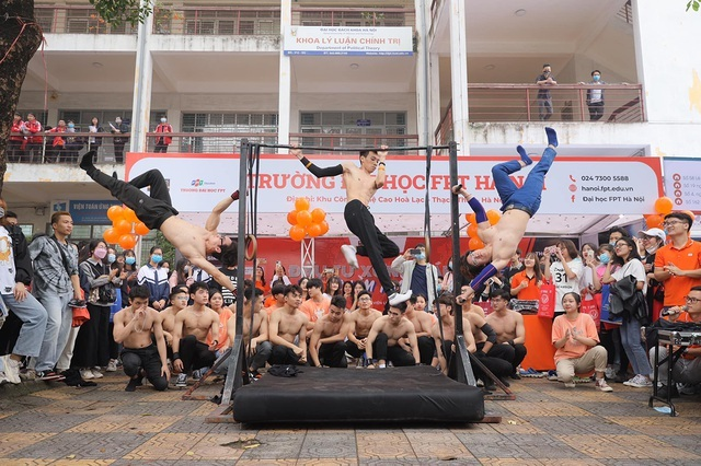 Sinh viên khoe cơ bắp 6 múi, nhảy cover… tại ngày hội tư vấn tuyển sinh