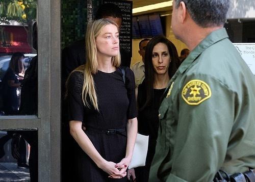 Amber Heard mặc một chiếc váy trong hai lần ra tòa với Johnny Depp