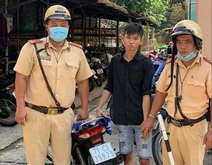 Nam thanh niên vứt xe bỏ chạy khi gặp CSGT nhưng vẫn bị tóm gọn