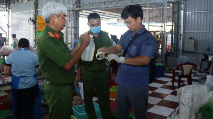 Bắt quả tang một doanh nghiệp ở An Giang xả thẳng chất thải ra sông Hậu