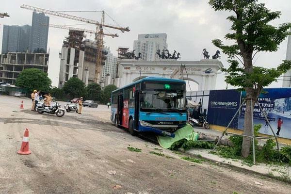 Xe buýt lao lên vỉa hè đâm người đi bộ tử vong ở Hà Nội - ảnh 1