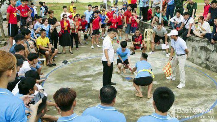 Vận động viên dân tộc thiểu số ở Nghệ An tranh tài đi cà kheo, tung còn, kéo co…