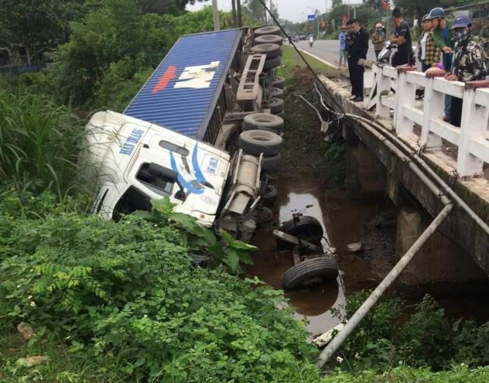 Xe đầu kéo tự tông vào thành cầu rồi rơi xuống nước, tài xế bị thương