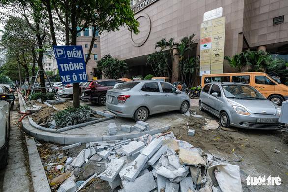 Ôtô đỗ la liệt trên vỉa hè đang thi công: Cơ quan chức năng đâu sao không phạt?