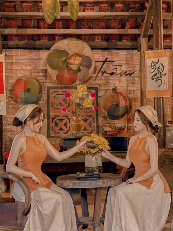 Cặp chị em song sinh ở Huế gây sốt vì quá xinh đẹp, giống tới mức chồng cũng nhầm