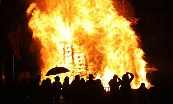 Bạo động tại Bắc Ireland: Nhiều cảnh sát bị đám đông tấn công