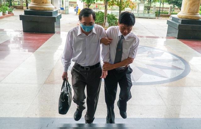 Cựu Bộ trưởng Vũ Huy Hoàng được dìu đến tòa với dáng vẻ mệt mỏi