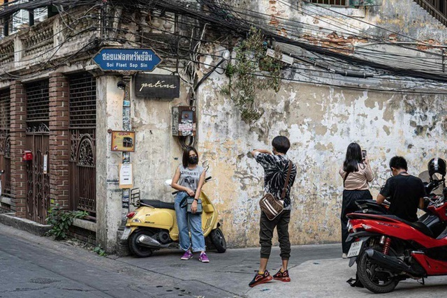 Du khách Thái Lan mang cả vali quần áo tới chụp ảnh ở quán cà phê