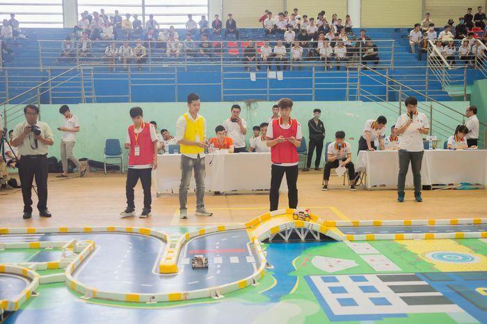 Sôi động cuộc thi chung kết Robocar-ROAD TO VKU