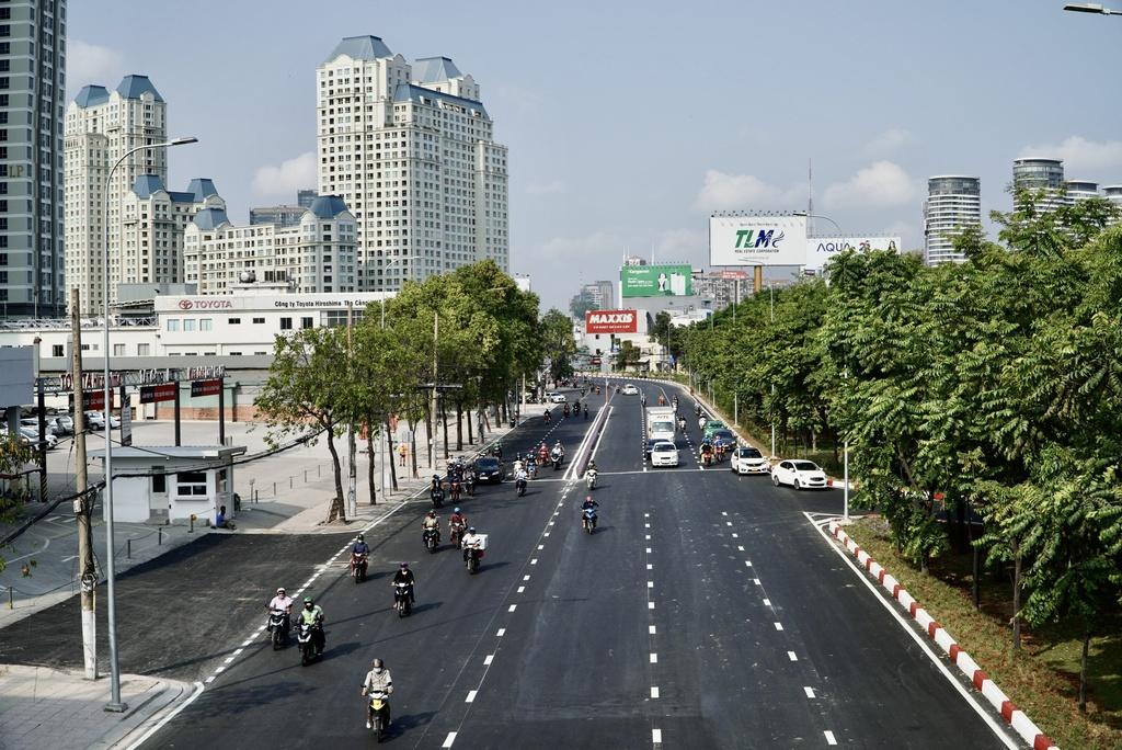 Thông xe đường Nguyễn Hữu Cảnh