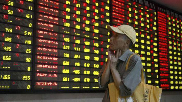 Chứng khoán Trung Quốc lao đao khi kinh tế tăng kỷ lục