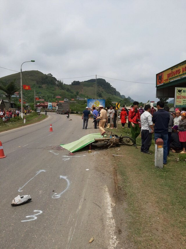 Va chạm với xe đầu kéo trên QL6, người phụ nữ đi xe máy tử vong tại chỗ