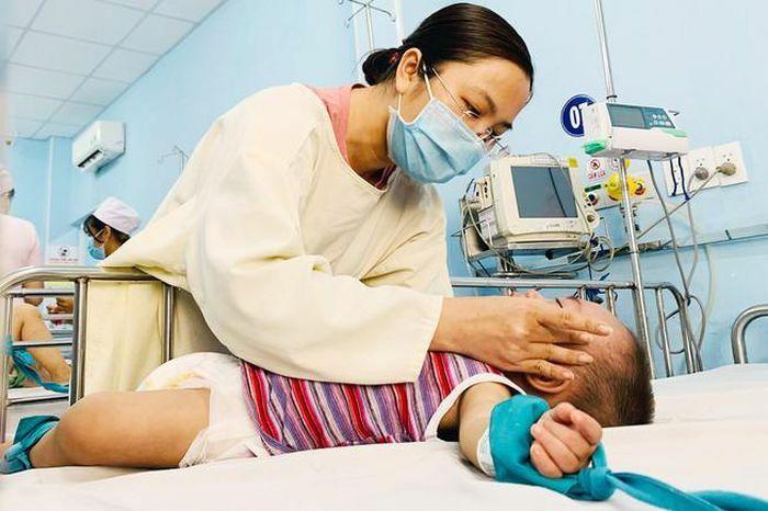 Cảnh báo nhiều bệnh nhi mắc tay chân miệng trở nặng