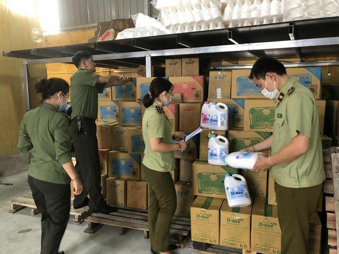 Phát hiện số lượng lớn chất tẩy, rửa giả mạo thương hiệu của Thái Lan