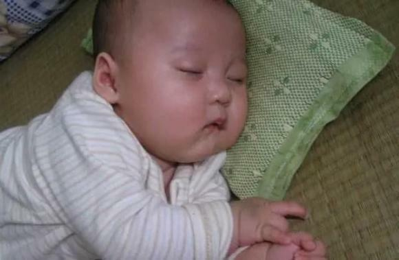 """Trước khi trẻ được 8 tháng, cố gắng tránh 3 """"tư thế ngủ"""" này càng ít càng tốt"""