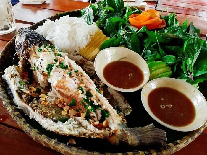 Món cá nướng bên ngoài đen sì, bên trong thơm nức nhất định phải nếm thử khi đến Hậu Giang