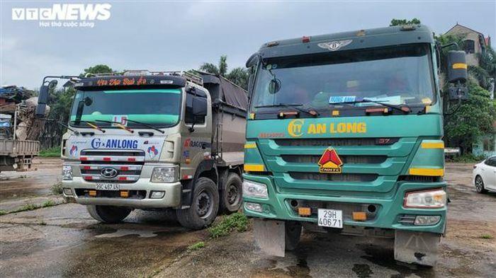 Bắc Ninh: Bắt giữ 2 xe tải nghi chở 30 tấn chất thải công nghiệp