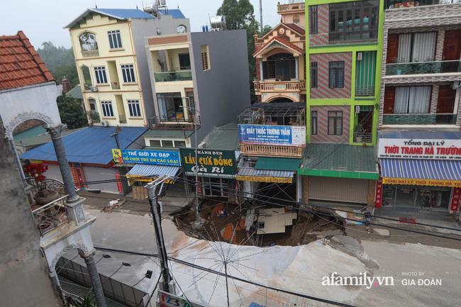 """NÓNG: """"Hố tử thần"""" ở Hà Nội lan rộng ra 50m2 sau một đêm"""