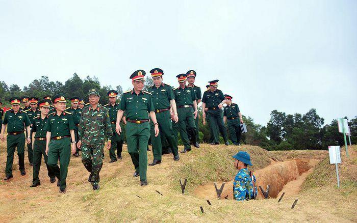 Trung tướng Ngô Minh Tiến kiểm tra chuẩn bị sơ kết đào tạo sĩ quan cấp phân đội tại Sư đoàn 390