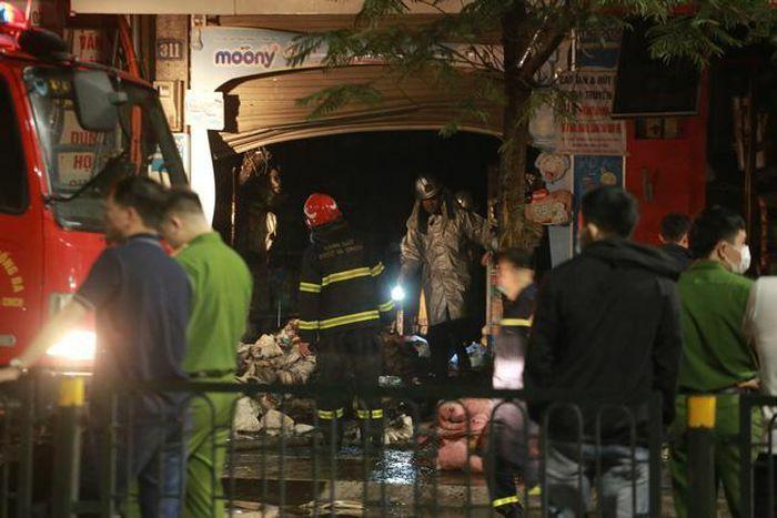 Gần 10 tiếng đưa 4 nạn nhân tử vong ra khỏi hiện trường vụ cháy cửa hàng ở Hà Nội