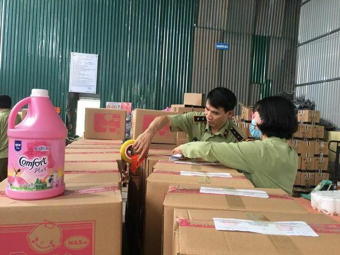 Hà Nội triệt phá cơ sở sản xuất nước giặt giả nhãn hiệu D-nee, Comfort