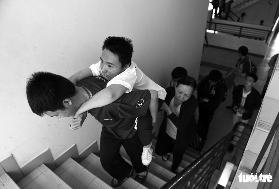 Người mẹ miệt mài cõng con bại liệt đến giảng đường đại học