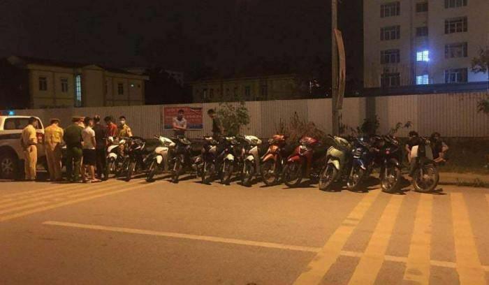 """Bắt nhóm 13 """"trẻ trâu"""" uống rượu, đua xe tại huyện Mê Linh"""