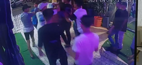 Mâu thuẫn trong bar, kéo nhau ra ngoài hỗn chiến khiến 3 người thương vong