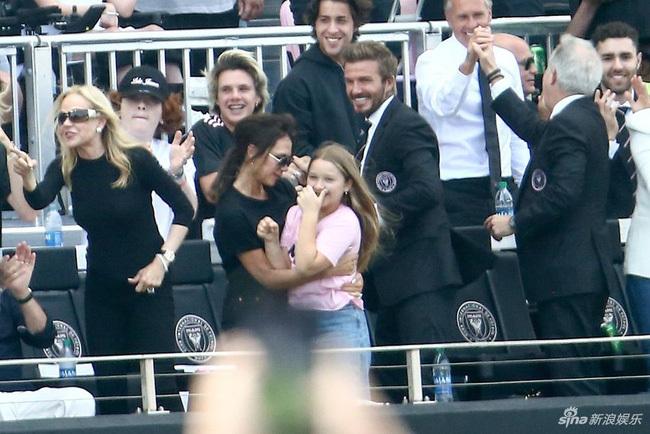 """Gia đình David Beckham tụ hội nhưng con gái út Harper lại chiếm """"spotlight"""" nhờ ngoại hình phổng phao"""