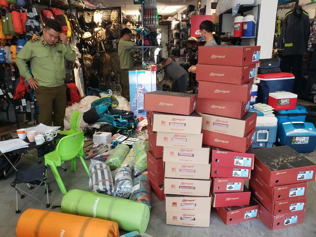"""""""Đột kích"""" 4 cửa hàng bán đồ phượt nổi tiếng, tạm giữ hơn 2.000 sản phẩm nghi nhái nhãn hiệu"""