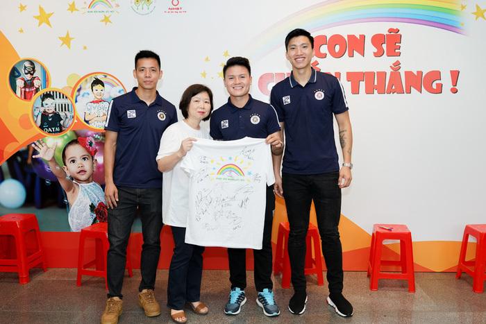 Cầu thủ Hà Nội FC giao lưu với bệnh nhi ung thư: Con sẽ chiến thắng!