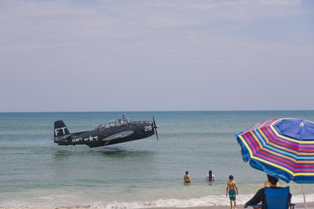 """Khoảnh khắc máy bay Mỹ gặp sự cố, """"mài"""" xuống mặt biển"""