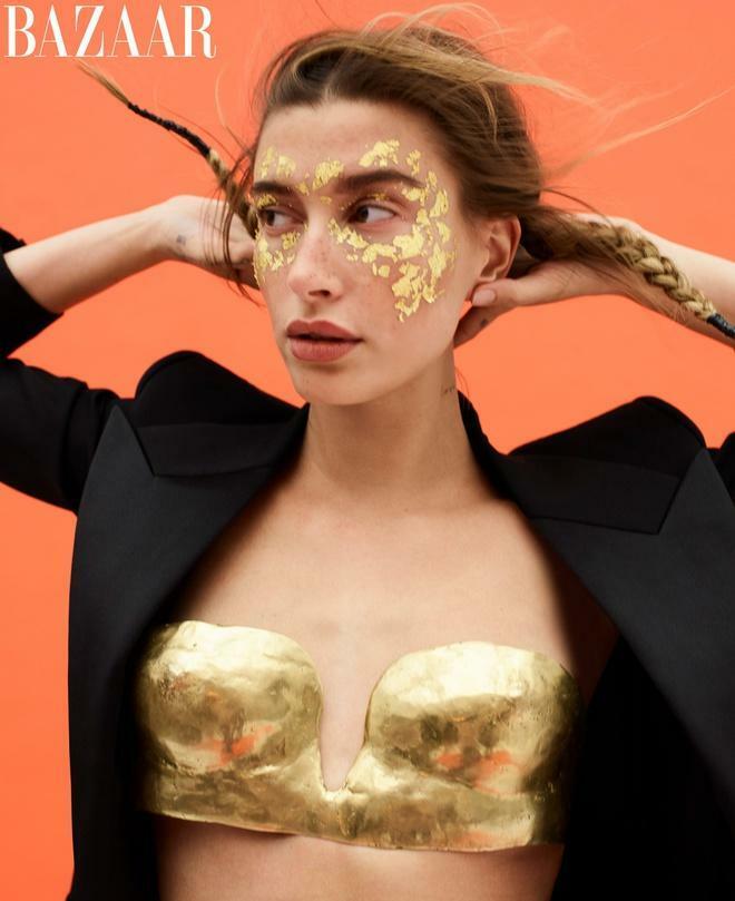 Hailey Bieber diện nội y bằng vàng