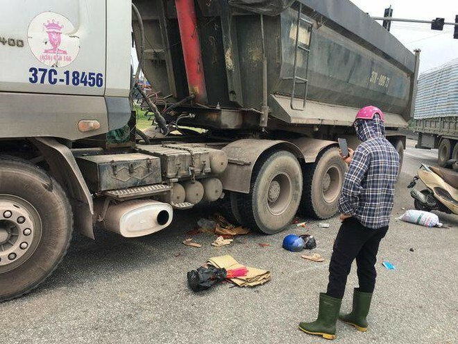 Xe tải cán xe máy, 2 mẹ con tử vong