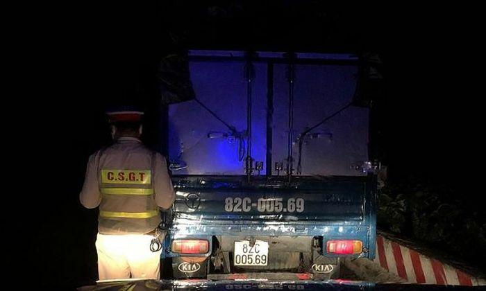 Trên đường chở gỗ lậu đi tiêu thụ thì gặp CSGT