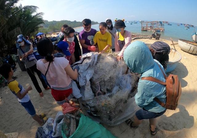 Người nước ngoài dọn rác trên bãi biển Đà Nẵng