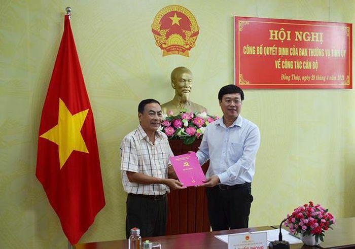 Trao Quyết định nghỉ hưu cho đồng chí Phạm Văn Hòa