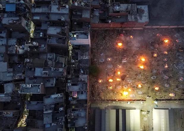 """Hỏa thiêu tập thể tại Ấn Độ: Chùm ảnh cho thấy """"Địa ngục Covid"""" đang diễn ra kinh hoàng như thế nào"""
