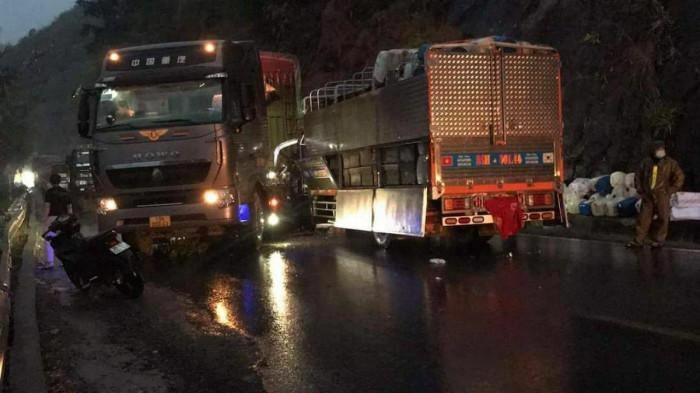 TNGT ở Sơn La, tài xế xe tải bị thương, QL6 ùn tắc nhiều giờ