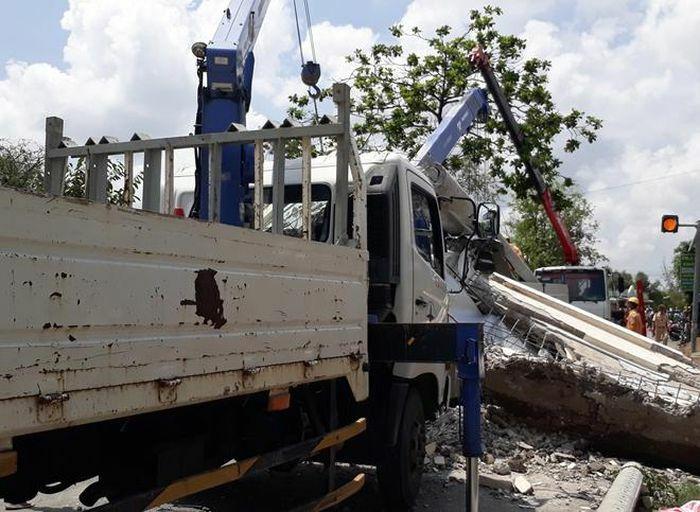Xe tải cẩu làm sập cổng chào, 2 người thương vong