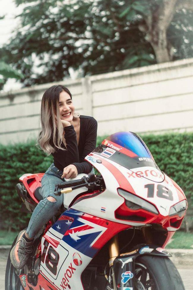 Người đẹp khoe đường cong quyến rũ bên siêu mô tô Ducati