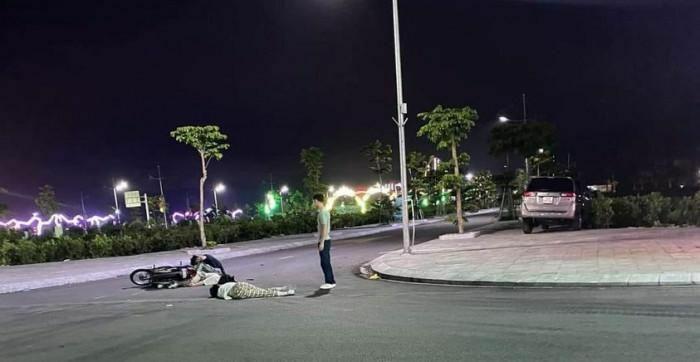 Va chạm với ô tô, ba thanh niên đi xe máy kẹp ba, không đội MBH bị thương
