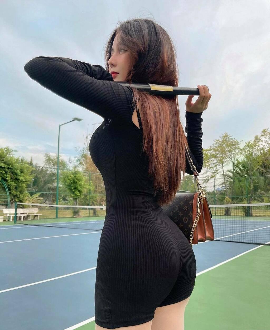 Nữ sinh hot nhất Sài thành chuyên diện đồ ôm siêu ngắn ra sân môn thể thao nhà giàu