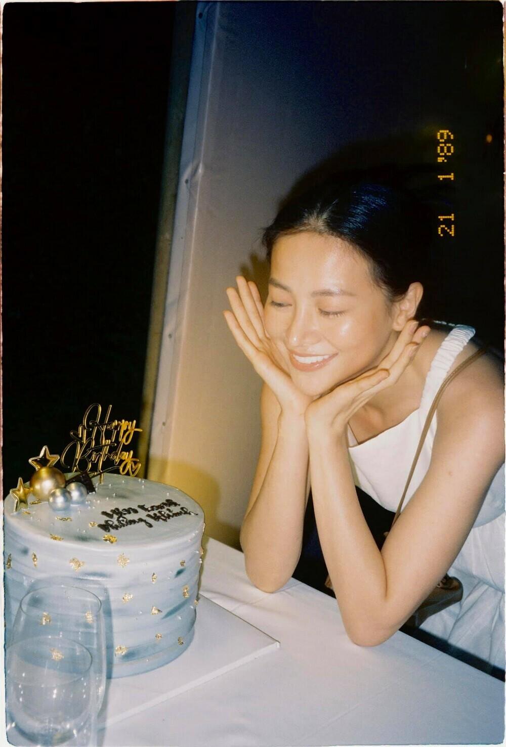 """Miss Earth 2018 – Phương Khánh đón sinh nhật """"tuổi 18"""": Fan khen ngợi vì mặt mộc vẫn xinh đẹp rạng ngời"""