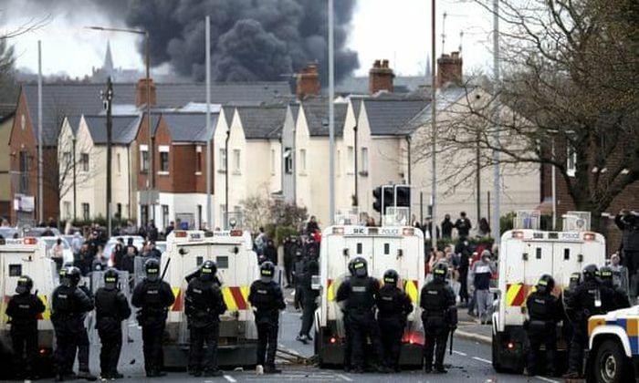Phóng hỏa xe buýt, tấn công bom xăng nhằm vào cảnh sát Bắc Ireland
