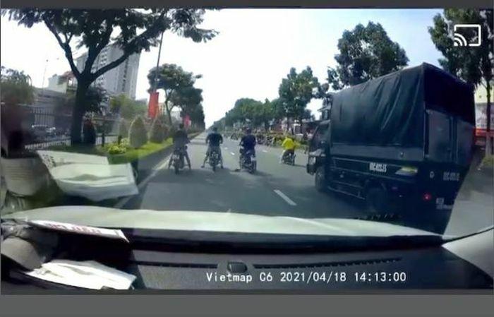 """""""Quái xế"""" chặn đầu xe ô tô trên 2 đại lộ lớn ở TP.HCM"""