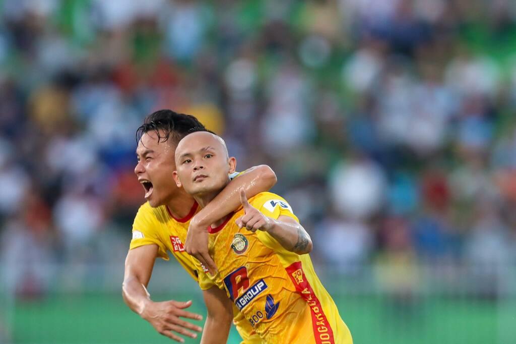 Kèo trái cực độc V-League gây sốt với siêu phẩm đá phạt